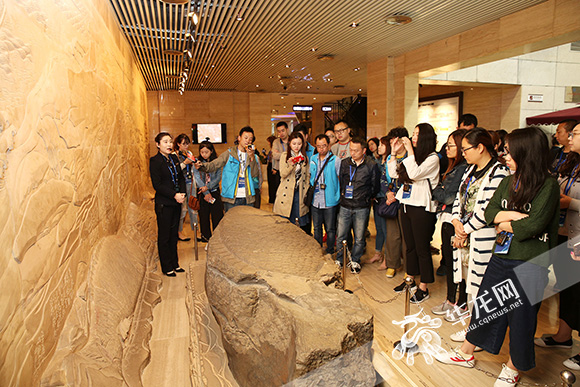 网媒记者们来到白鹤梁水下博物馆参观考察。 记者 刘嵩 摄1.jpg