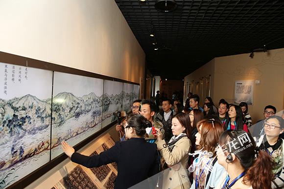 网媒记者们来到白鹤梁水下博物馆参观考察。 记者 刘嵩 摄2.jpg